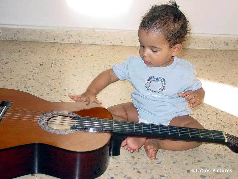 07.02.2007: Diana (9 maanden) met de gitaar, foto Luchiano (9). Klik voor groter.