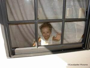 04.03.2007: Diana is 303 dagen oud en kijkt blij door het slaapkamerraam naar buiten. Klik voor groter.