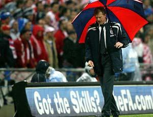 21.11.2007: De Engelse coach Steve McClaren mag opstappen na het niet kwalificeren voor het EK-2008 door de 2-3 nederlaag tegen Kroatie