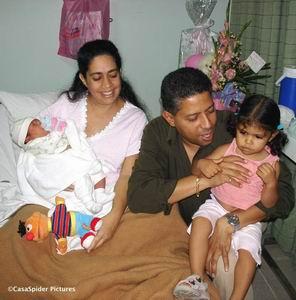 07.03.2007: Op kraambezoek bij de familie Figaroa-Valdes om de nieuwe aanwinst Farra Rebecca te bewonderen. Klik voor groter.