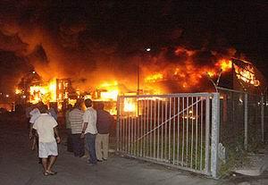 Op 8 januari 2007 breekt voor de tweede keer brand uit in de Curacao Free Zone. Tot aan 20 februari volgen er nog drie. Foto Amigoe.