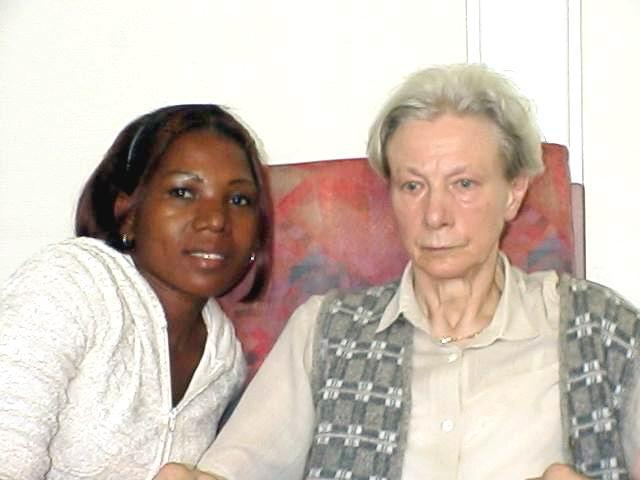 Lucy en Ilka in verzorgingstehuis Taxandria te Valkenswaard, ergens in september 2000. Klik voor groter.