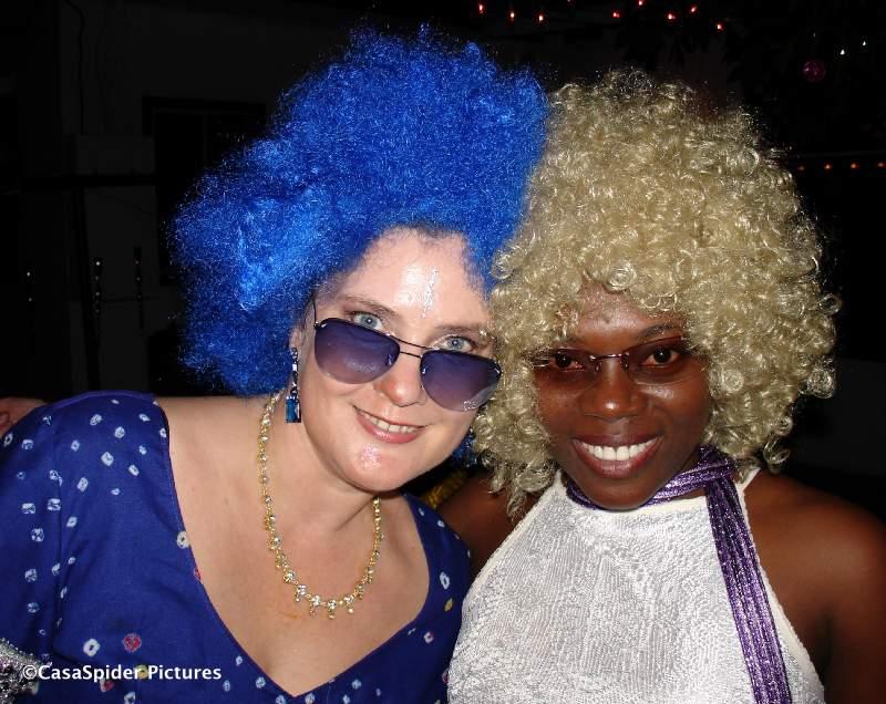 10.02.2007: Disco Party bij Ino en Bente. Hier Bente en Simona met hun respectievelijke pruiken. Klik voor groter.