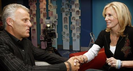 03.02.2008: Peter R. de Vries toont zijn documentaire aan Beth Twitty, de moeder van Natalee Holloway. Klik voor groter.