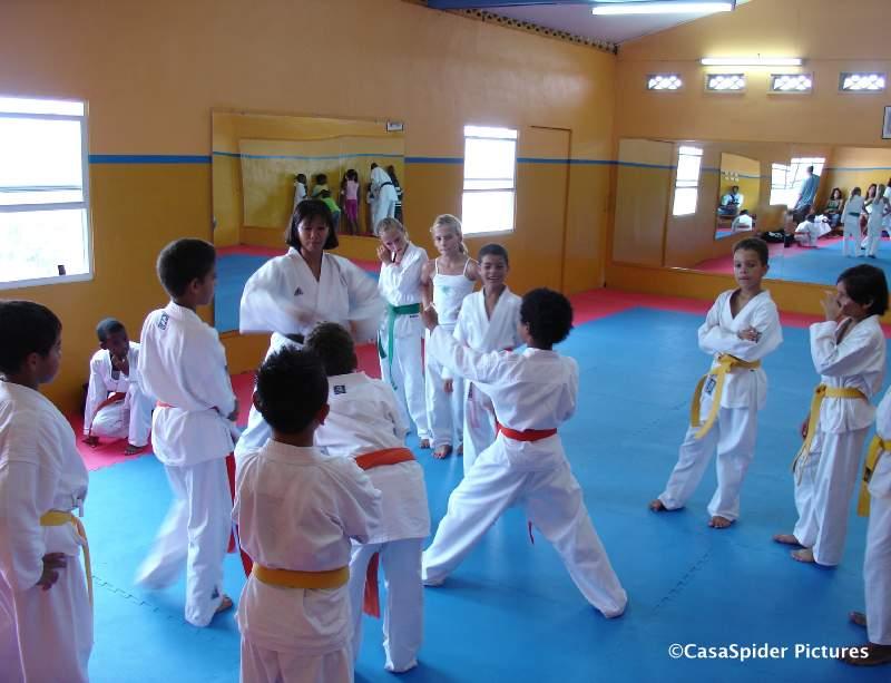 18.08.2007: Karatelessen Curacao Karate-Do zijn weer begonnen, Luchiano (9) demonstreert een techniek met Sensei Ivonne. Klik voor groter.