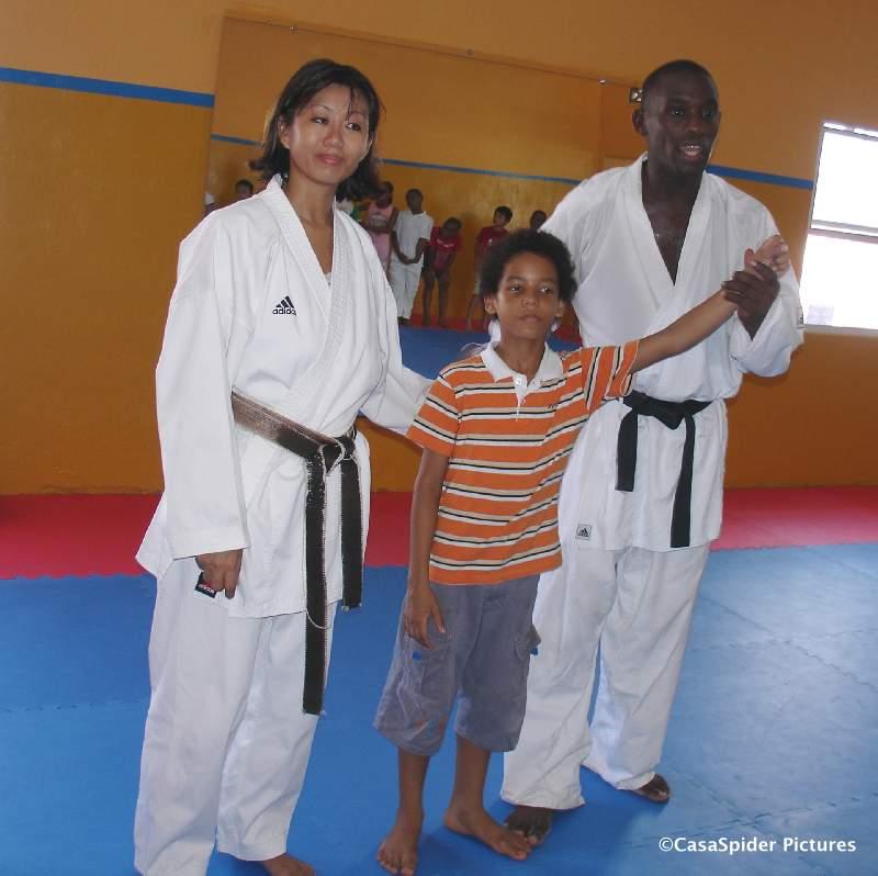 15.09.2007: Sensei Ivonne, Luchiano (9) en Sensei Anthony, wij nemen afscheid van Curacao Karate-Do. Klik voor groter.