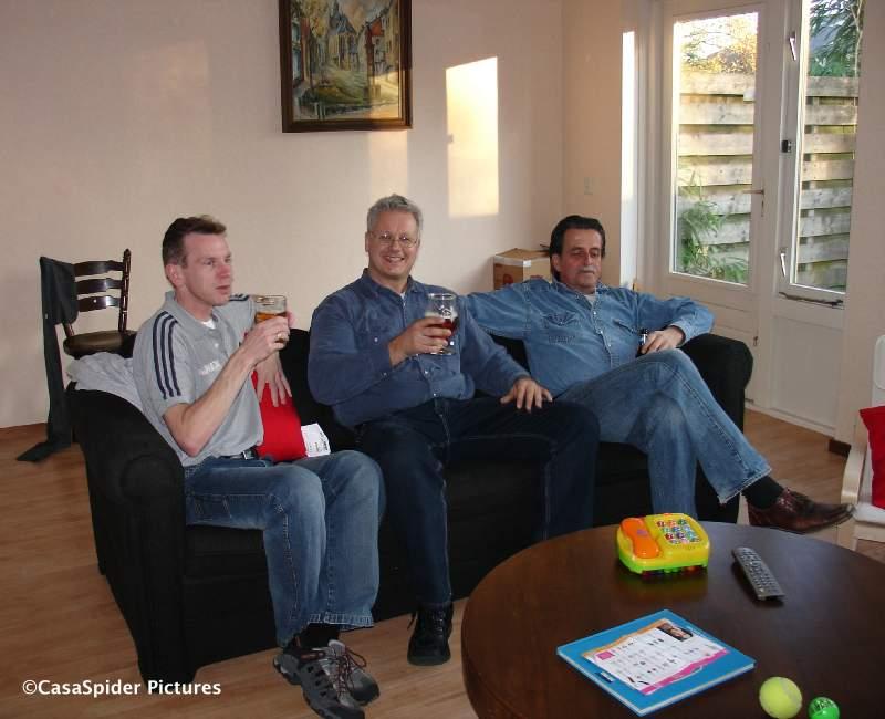 17.11.2007: Piet en Ronald kwamen klussen, nadien keken we voetbal. Het is mannen-zaterdag. Klik voor groter.