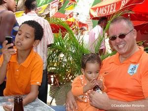 30.04.2007: Koninginnedag op Curacao. Diana (11 maanden), Luchiano (9) en CasaSpider bij Time Out op het Keukenplein. Klik voor groter.