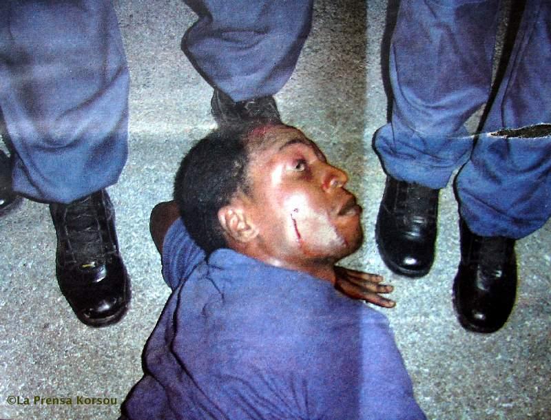 06.06.2007: La Prensa publiceert foto van door politie in elkaar geslagen Jamaicaan. Foto Yves Cooper. Klik voor groter.