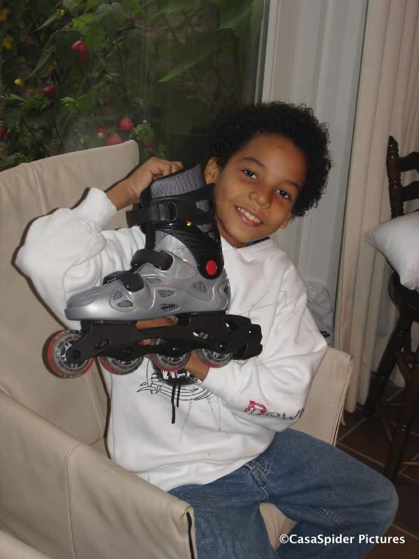 24.10.2007: Luchiano viert zijn tiende verjaardag en krijgt veel kado's waaronder deze skeelers. Klik voor groter.