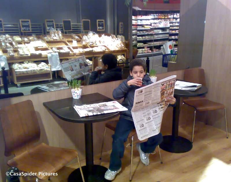 09.01.2008: Met een kopje koffie en een krantje neemt Luchiano (10) het ervan bij Albert Heijn in Rijen. Klik voor groter.
