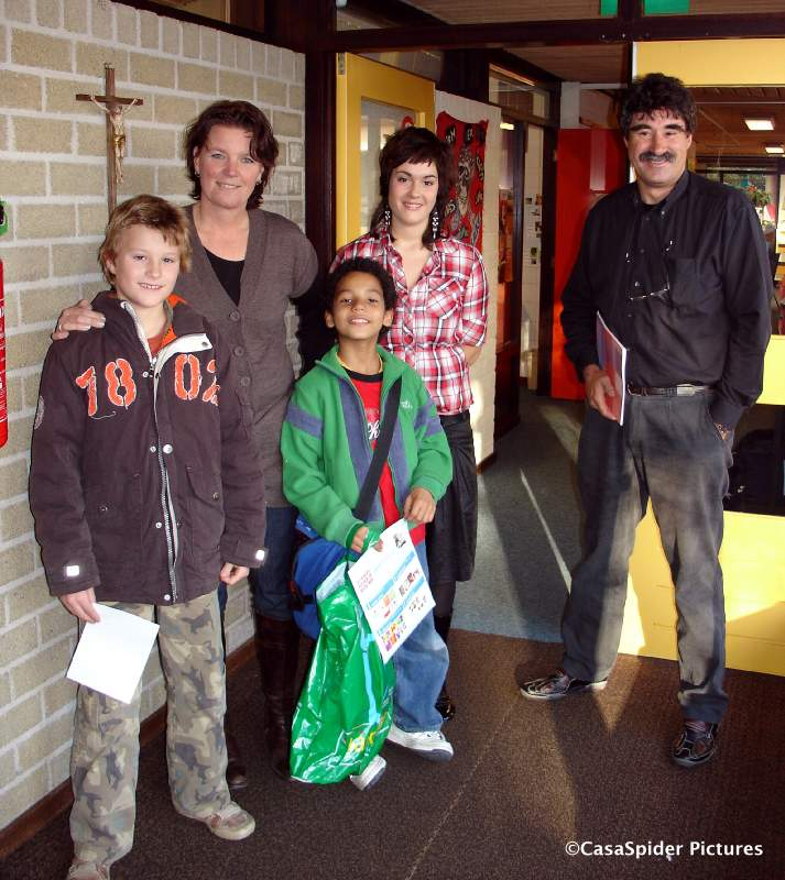 06.11.2007: Luchiano (10) neemt afscheid van de Sint Servatiusschool te Borkel. Klik voor groter.