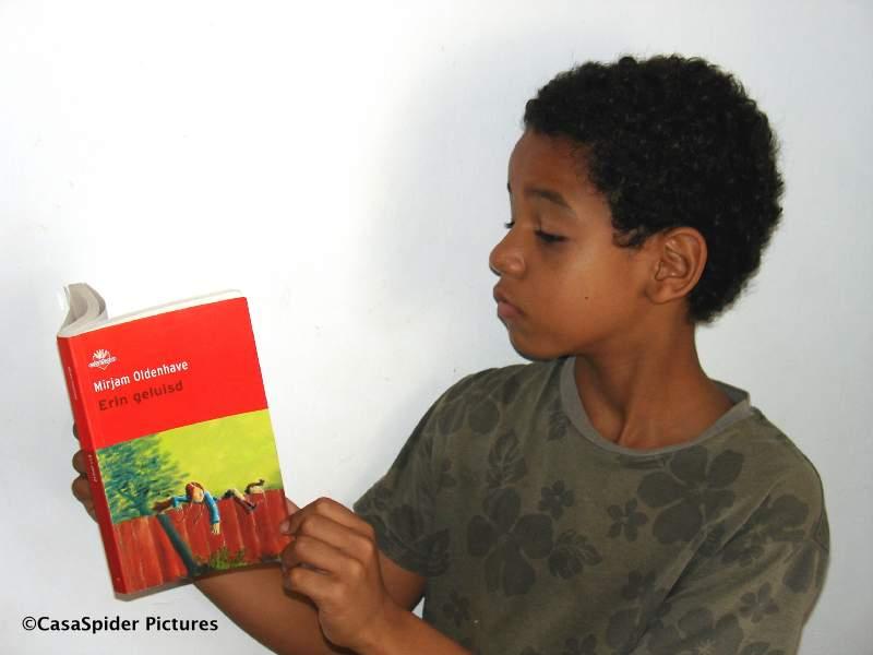06.06.2007: Luchiano (9) houdt zijn boekbespreking over Erin geluisd van Mirjam Oldenhave. Klik voor groter.