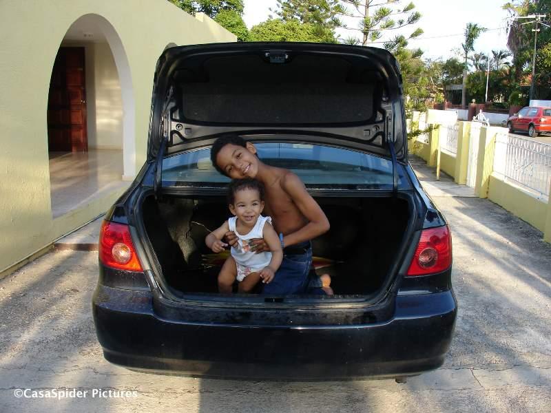 03.05.2007: Luchiano (9) en Diana (11 maanden) zitten voor hun lol in de kofferbak van de donkerblauwe Toyota. Klik voor groter.