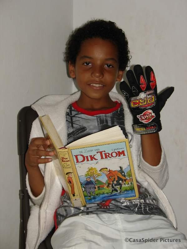 25.08.2007: Luchiano (9) heeft veel plezier met De zoon van Dik Trom geschreven door Cornelis Johannes Kieviet. Klik voor groter.