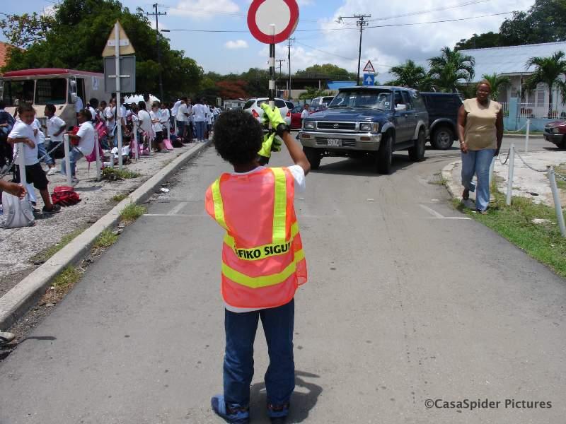05.09.2007: Luchiano (9) is verkeersbrigadier bij de Marnixschool. Tegelijkertijd wil de VPCO een verbod op Papiaments als instructietaal. Klik voor groter.