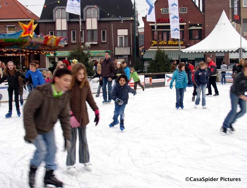 24.12.2007: Luchiano (10) staat voor het eerst op schaatsen en dat ging hem niet slecht af op de markt van Valkenswaard. Klik voor groter.