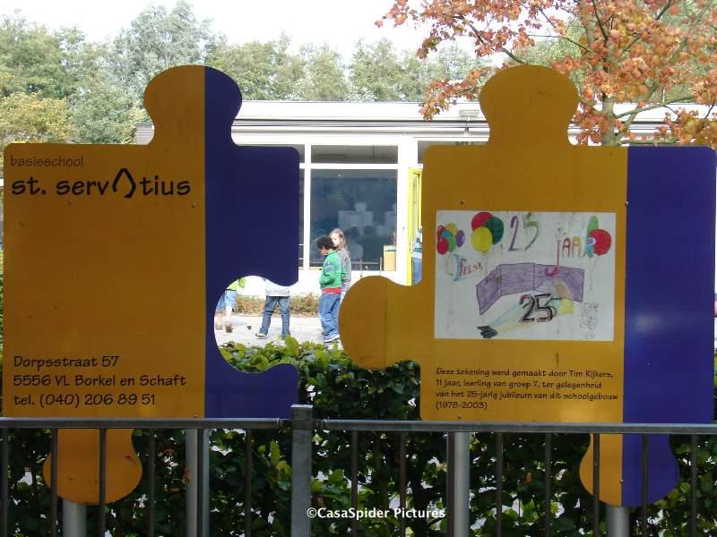24.09.2007: Luchiano (9) heeft de eerste ochtend op de St. Servatiusschool in Borkel erop zitten. Klik voor groter.