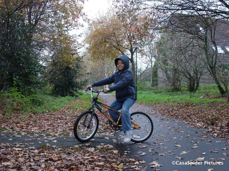 13.11.2007: Luchiano (10) gaat voor het eerst met de fiets naar school in Rijen. Klik voor groter.