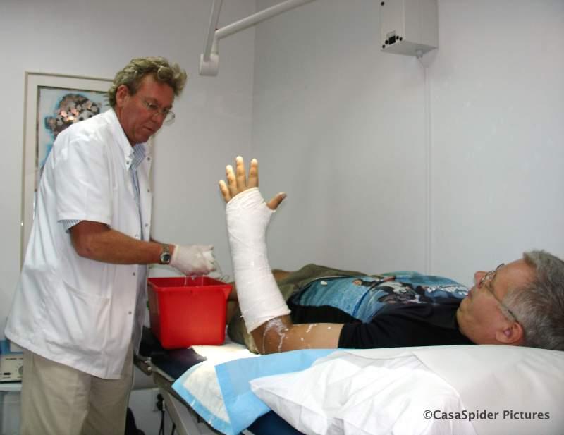 04.07.2007: Dokter Maarten Taams brengt nieuw gips aan bij CasaSpider, nu alleen om de onderarm. Klik voor groter.