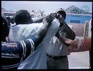 21.05.2007: Mario Kleinmoedig van Pueblo Soberano wordt door FOL-mensen belaagd als hij foto's neemt van Anthony Godett. Klik voor groter.