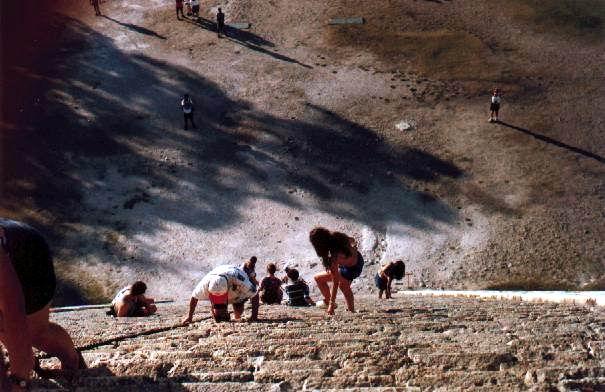 xx.01.1997: Argentijnse Maya op de terugweg van tempel te Chitzen Itza, Yucatan Mexico. Klik voor groter.