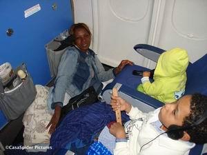 22.04.2007: Regelmatig ging Lucy even op de grond zitten of liggen al dan niet met Diana, plaats genoeg. Klik voor groter.