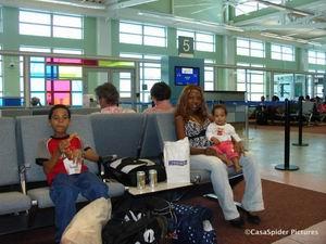 06.04.2007: De Spiders wachten op de MD-11 van de KLM die ons naar Nederland brengt. Klik voor groter.