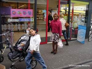 10.04.2007: Lucy, Luchiano en Diana bij winkelcentrum De Belleman te Dommelen. Klik voor groter.