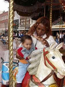 11.04.2007: Lucy en Diana (11 maanden) bij de caroussel aan de Markt te Eindhoven. Klik voor groter.