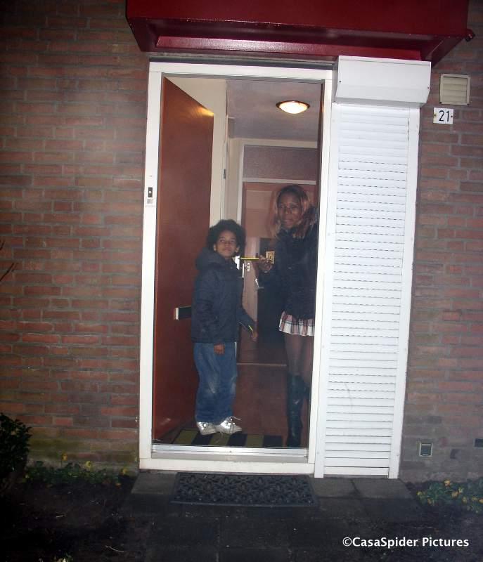 31.12.2007: Lucy en Luchiano kijken wat angstig voor het vuurwerk vanuit de voordeur toe. Klik voor groter.