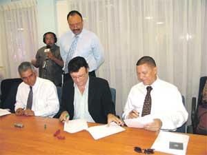04.05.2007: Glenn Sulvaran (PAR), Faroe Metry (PNP) en Renfred Rojer (FOL) tekenen intentieverklaring voor nieuwe coalitie. Foto Extra.