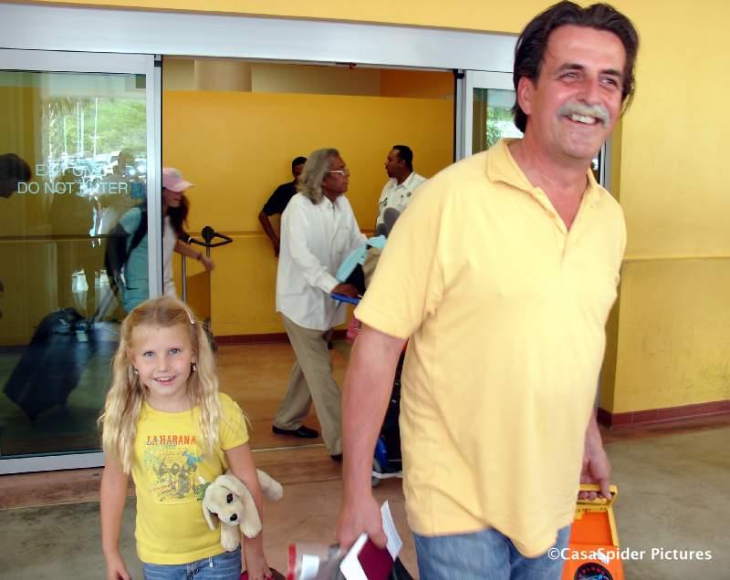26.07.2007: Diamond Piet en dochter Emmie (6) komen aan op Hato International Airport. Klik voor groter.