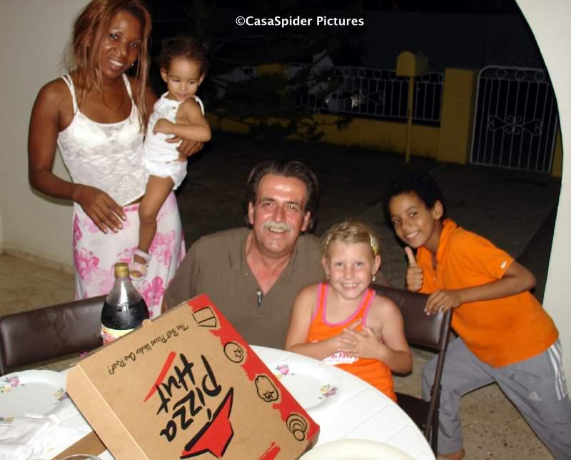 29.07.2007: Na een zondagmiddag Mambo en Wet&Wild gaat een Large Pizza er gemakkelijk in. Klik voor groter.