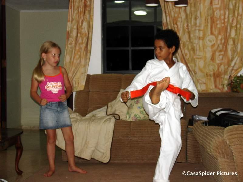02.08.2007: Luchiano (9) speelt voor Sensei en leert Emmie (6) hoe een Mai-Geri uitgevoerd dient te worden. Klik voor groter.