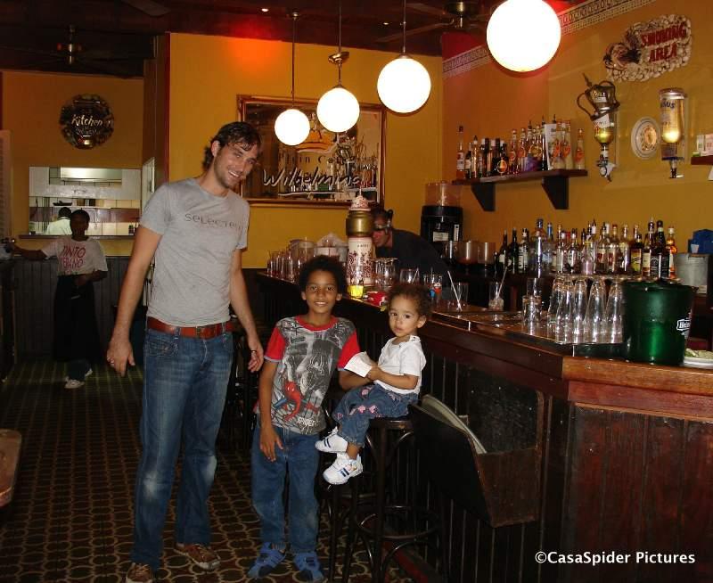 15.09.2007: Een laatste (galgen)maal Pleincafe Wilhelmina Curacao... Klik voor groter.