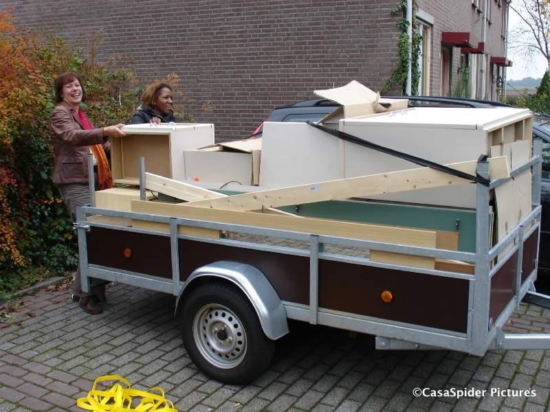 01.11.2007: De aanhangwagen vakkundig ingepakt door Wiro met een hele tienerkamer en een tweepersoonsbed. Klik voor groter.