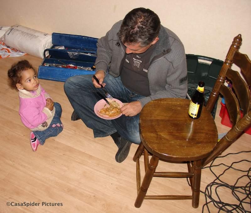 02.11.2007: Wiro eet Chinees en zijn fan Diana (1) kijkt bewonderend toe, Het Bed ligt nog in onderdelen verspreid in de woonkamer. Klik voor groter.