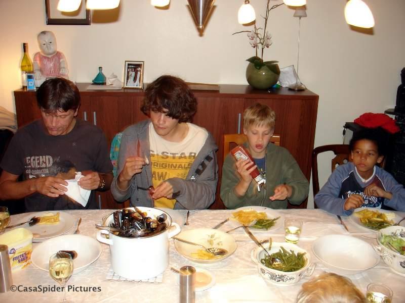 13.10.2007: Peter, Ruben (14), Marnix (11) en Luchiano (9) op Rubens 14e verjaardag aan de mosselen en de patat. Klik voor groter.
