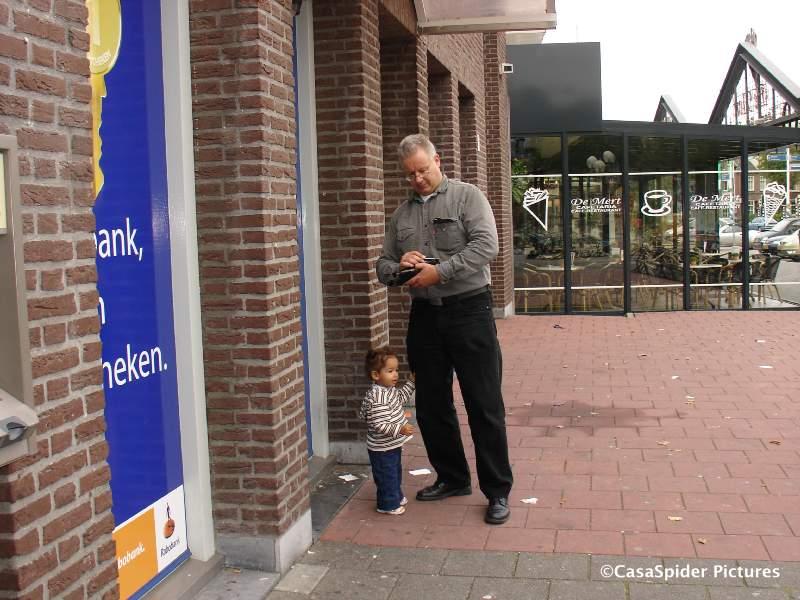 19.09.2007: CasaSpider pint (weer eens) met Diana (1) bij zijn nieuwe bank, de Rabo Bank. Klik voor groter.