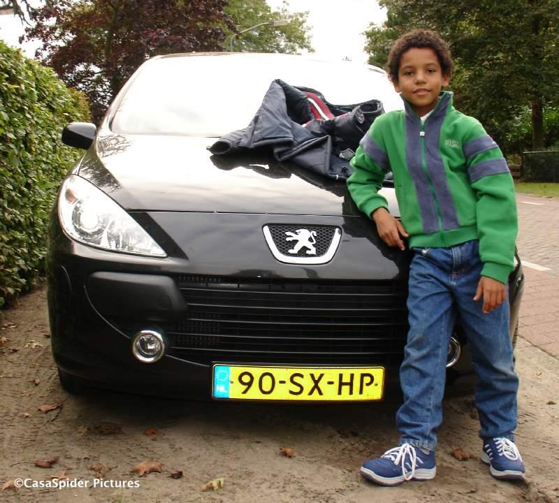 20.09.2007: Luchiano (9) met zijn nieuwe jas uit Belgie bij de Peugeot. Klik voor groter.