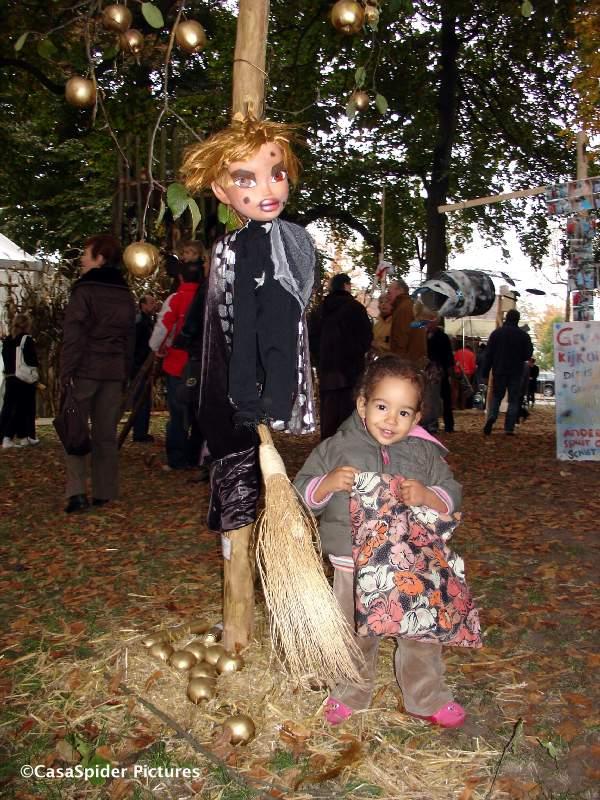 21.10.2007: Vijfde Vogelverschrikkersfestival in Valkenswaard, Diana en een lieftallige vogelverschrikster. Klik voor groter.