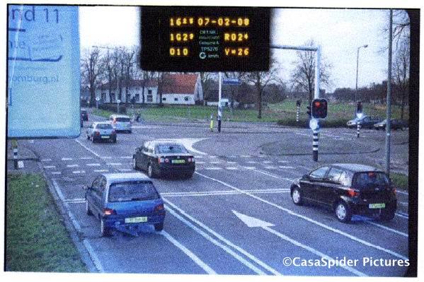 07.02.2008: De beelden bewijzen het onomstotelijk, de donkerzwarte Volkswagen Jetta van CasaSpider rijdt door rood op de Vlijmenseweg te Den Bosch. Klik voor groter.