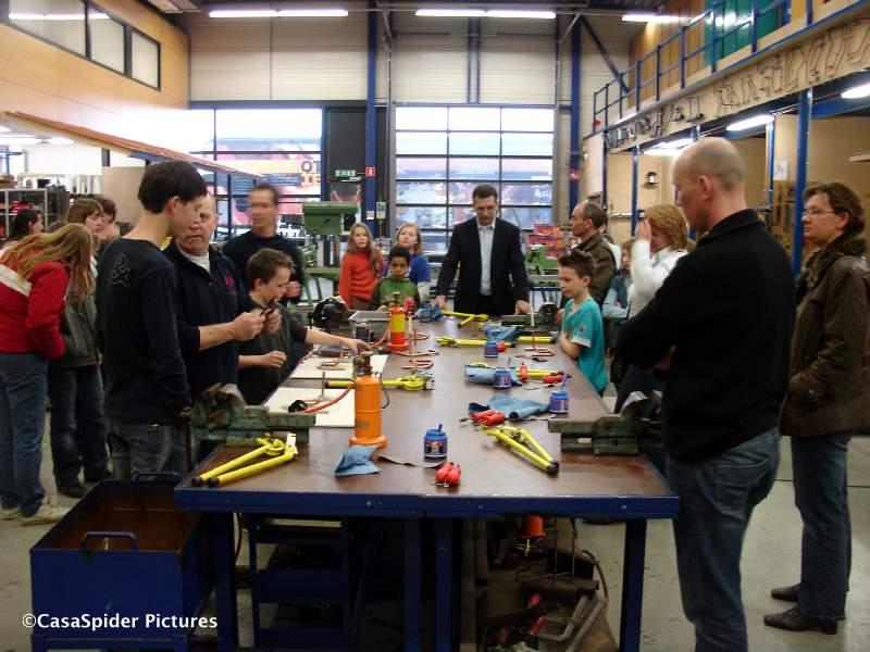 26.03.2008: In het kader van Bekijk een Bedrijf koos Luchiano (10) voor installatie- onderhoud en servicemonteur, een bijzondere keuze. Klik voor groter.
