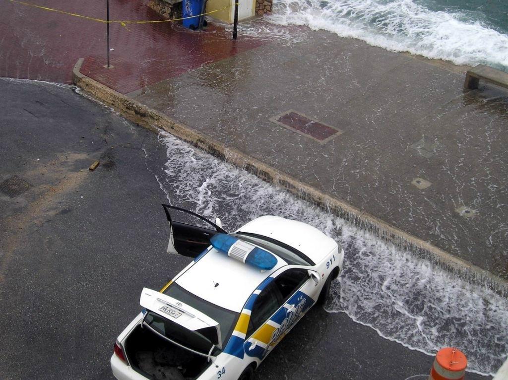14.10.2008: Tropische depressie Omar houdt huis in de Cariben en ook op Curacao. Klik voor groter.