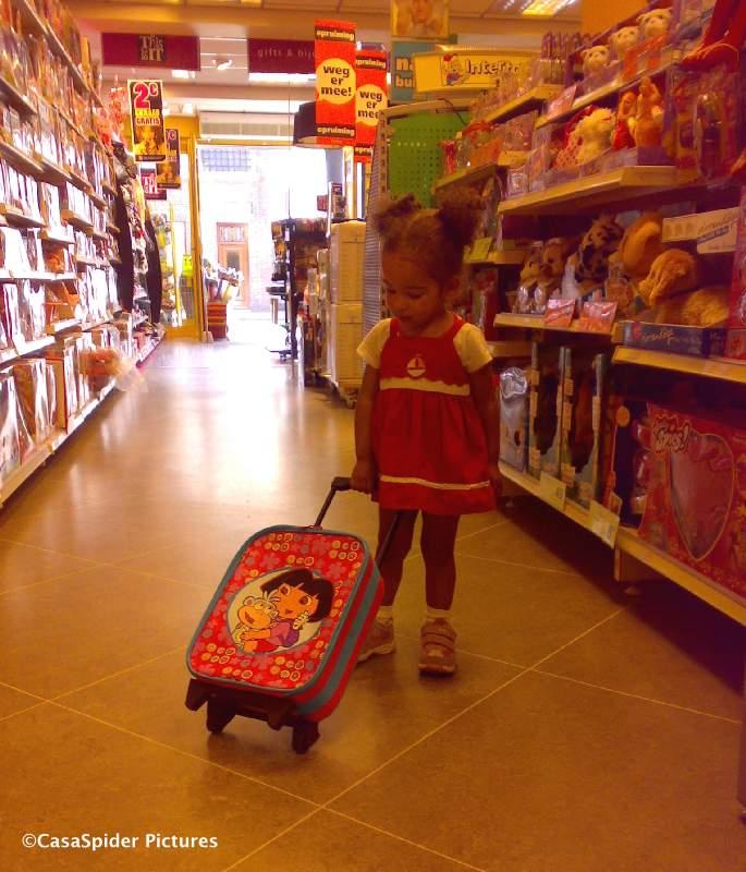 05.07.2008: Diana (2) koopt een Dora-koffertje bij Intertoys in Tilburg-Noord