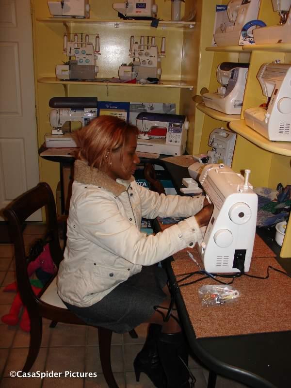 04.03.2008: Lucy krijgt naailes bij Habotex Tilburg. Klik voor groter.