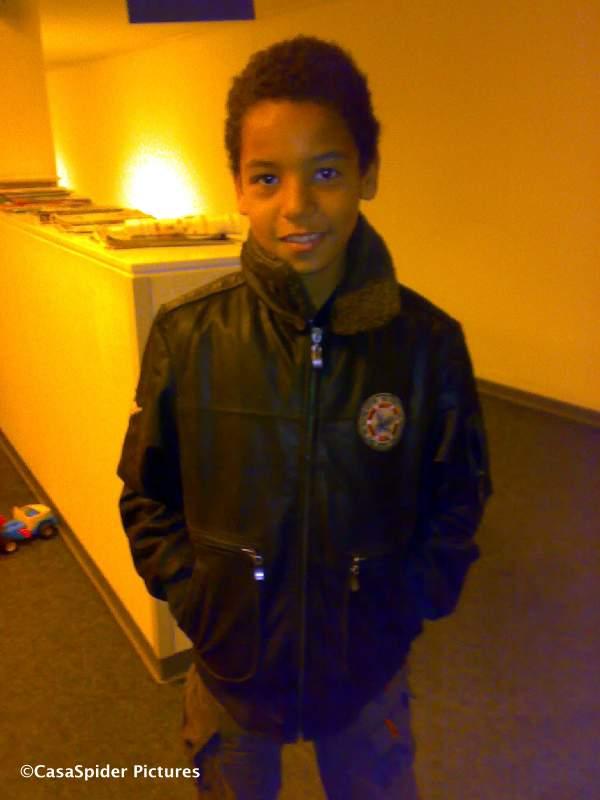 15.10.2008: Luchiano (10) in het Amphia Ziekenhuis Breda, wachtend op orthopist Patricia Neomagus. Klik voor groter.