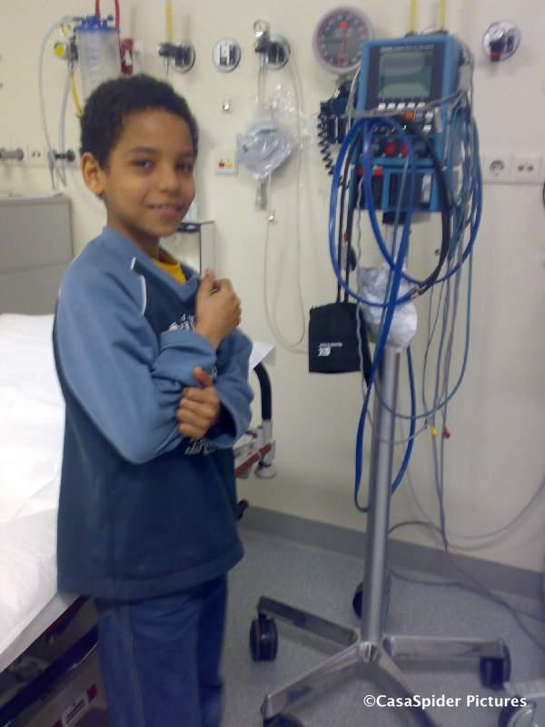 20.03.2008: Luchiano (10) in het Amphia ziekenhuis te Oosterhout in afwachting van het maken van Röntgenfoto's die zullen aantonen dat zijn duim gebroken is. Klik voor groter.