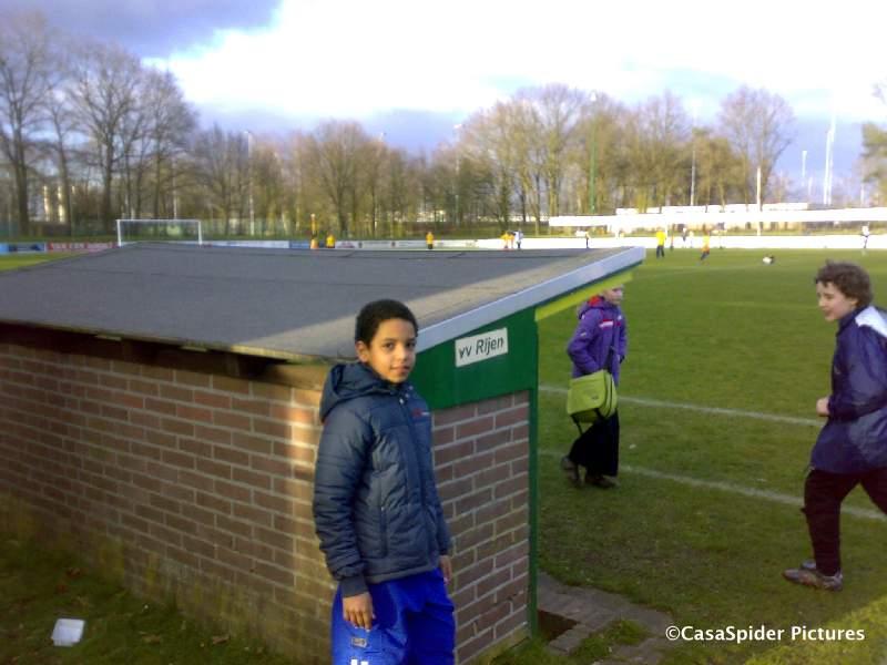 19.03.2008: Luchiano (10) voetbalt in het derde team van de KBS Sint Jozef een tournooi op de velden van vv Rijen. Klik voor groter.